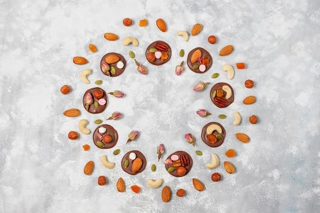 Mediadores de chocolate artesanais, biscoitos, mordidas, doces, nozes. copyspace. vista do topo. Foto gratuita
