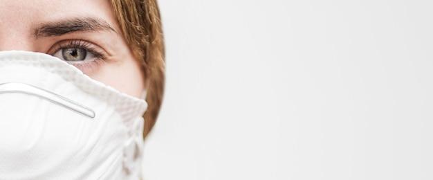 Médica com máscara facial Foto gratuita