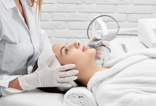 Médica, fazendo o procedimento de limpeza com purificador no spa Foto Premium