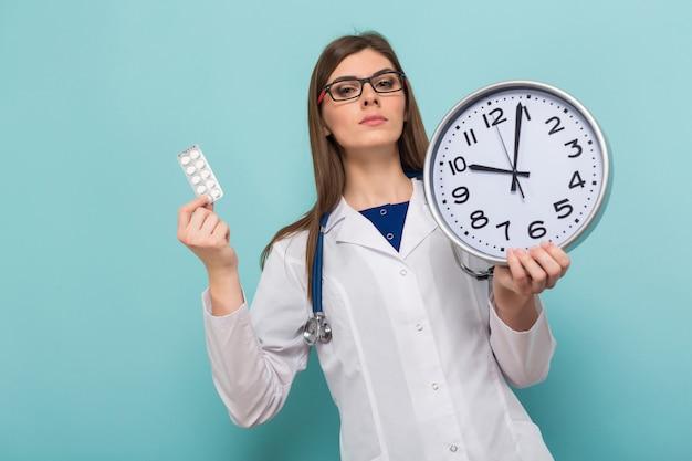 Médica morena em copos com relógio Foto Premium