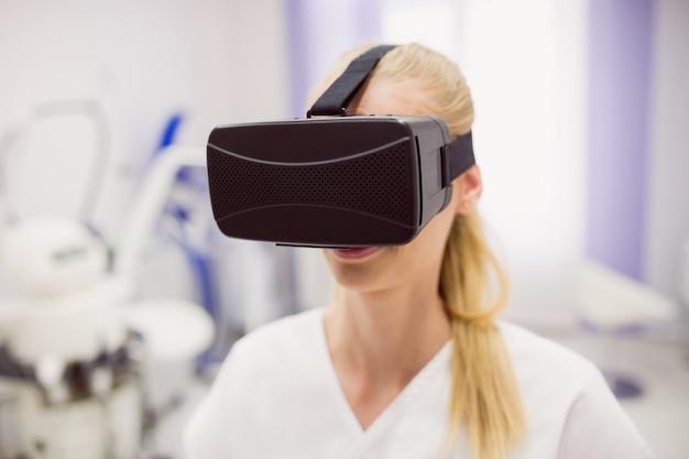 Médica usando fone de ouvido de realidade virtual Foto gratuita