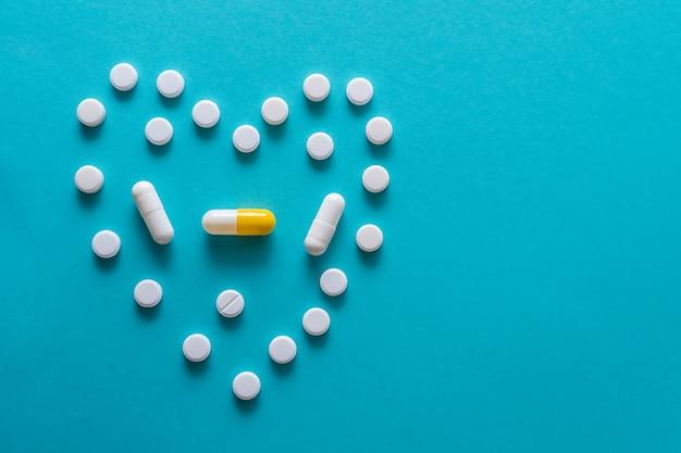 Medicamentos sobre um fundo azul. Foto Premium