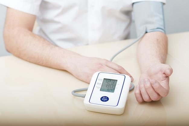 Medição da pressão arterial por tonômetro eletrônico. Foto Premium