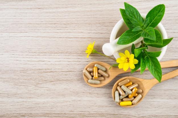 Medicina alternativa, vitaminas e suplementos de natural sobre madeira Foto Premium