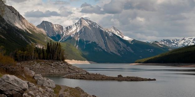 Medicine lake, com, montanha, em, fundo, jasper parque nacional, alberta, canadá Foto Premium