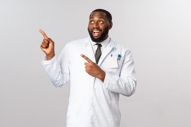 Médico afro-americano de retrato em uniforme branco. Foto Premium