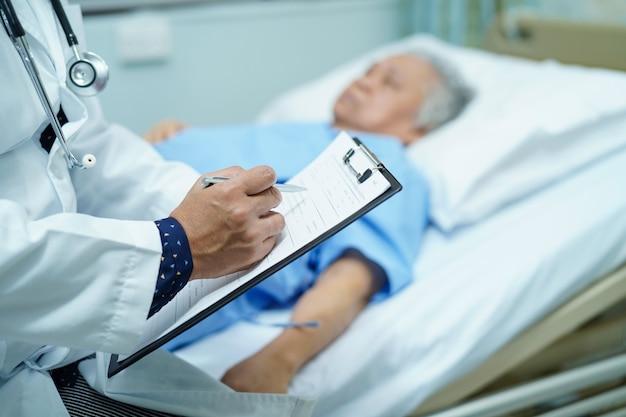 Médico anotando o diagnóstico na área de transferência Foto Premium