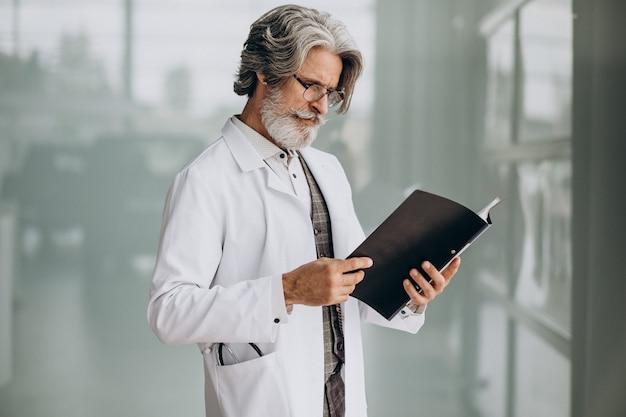 Médico bonito de meia-idade em um hospital Foto gratuita