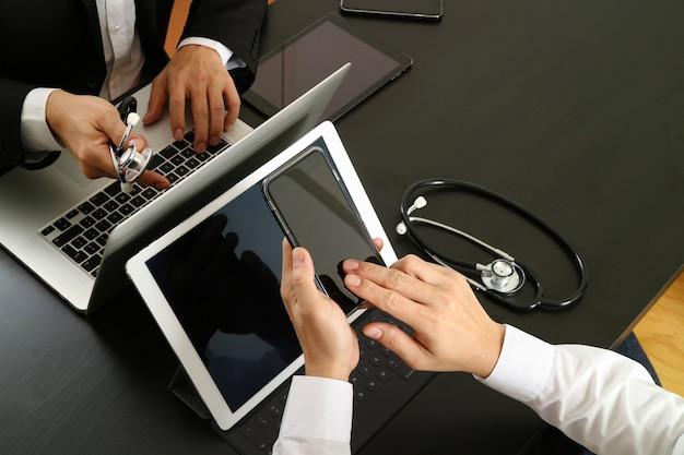 Médico, co, trabalhando, conceito, doutor, trabalhando, com, esperto, telefone, e, tablete digital, e, laptop, computador Foto Premium
