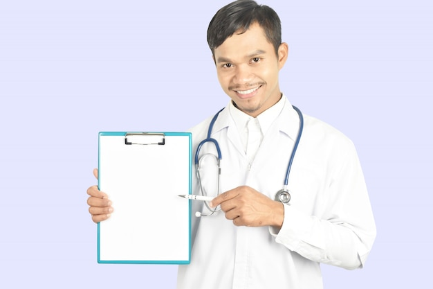 Médico com estetoscópio trabalhando segurando uma prancheta e copie o espaço. Foto Premium