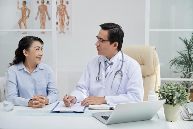 Médico considerável tendo nomeação Foto gratuita