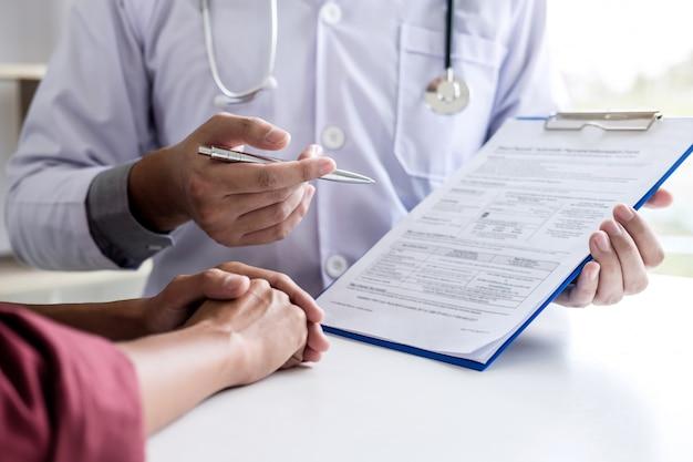 Médico consulta paciente discutindo algo e recomendar métodos de tratamento Foto Premium
