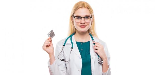 Médico da mulher com estetoscópio segure camisinha Foto Premium