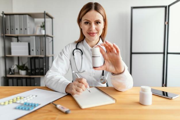 Médico de dose média trabalhando com remédios Foto gratuita