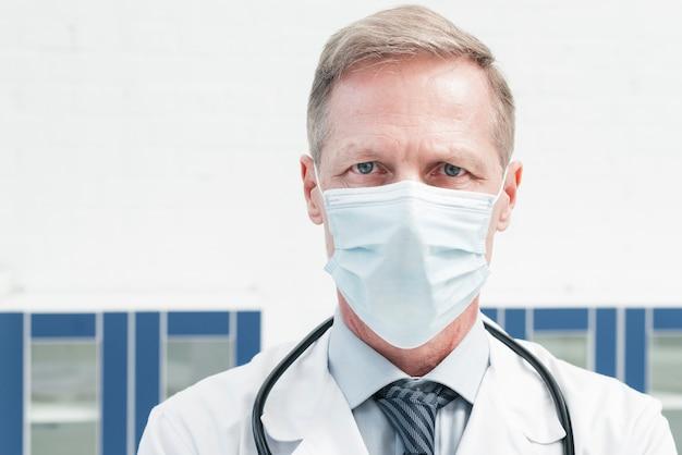 Médico de família com uma máscara facial Foto gratuita