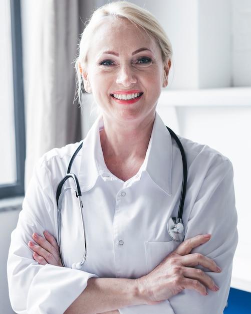 Médico de família em um consultório médico Foto gratuita