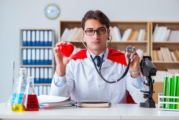 Médico de super-herói trabalhando no laboratório do hospital Foto Premium