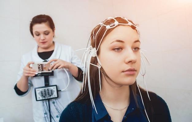 Médico e paciente com eletrodo de encefalografia. Foto Premium