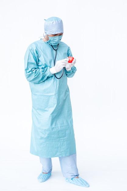 Médico especialista, verificando no coração. Foto Premium