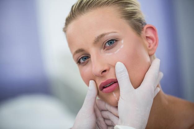 Médico examinar pacientes do sexo feminino enfrentar para tratamento cosmético Foto gratuita