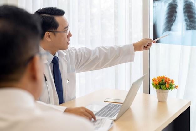 Médico, explique, raio x, resultado, paciente Foto Premium