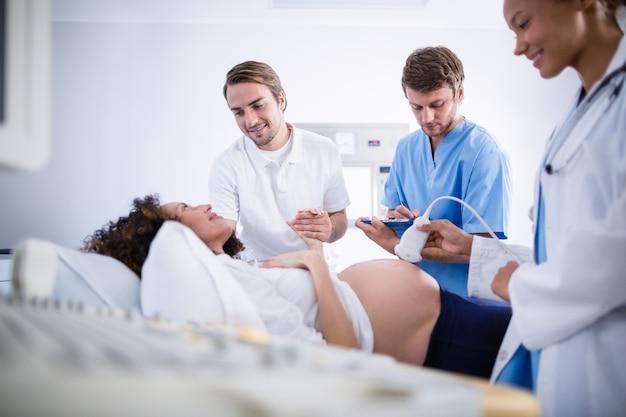 Médico fazendo ultra-sonografia para mulher grávida Foto Premium