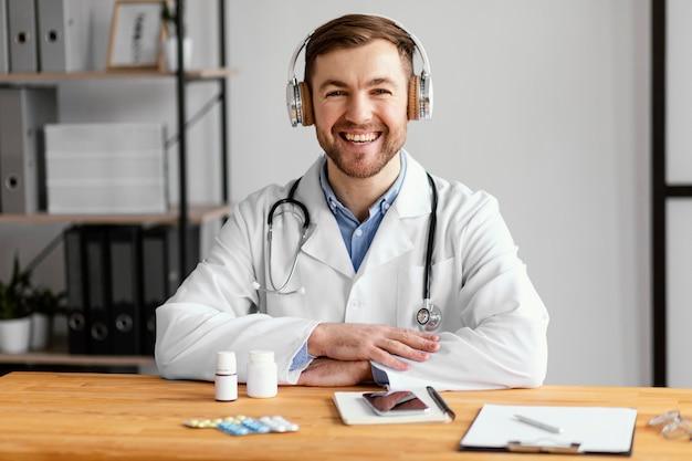 Médico feliz na mesa de tiro médio Foto Premium