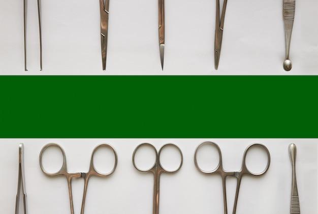 Médico ferramentas, curetagem, cólicas, pinça e tesoura em branco isolado Foto Premium