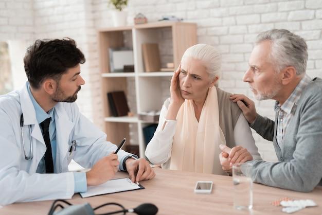 Médico hábil prescreve prescrição para mulher idosa. Foto Premium