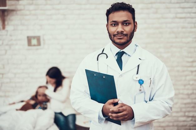 Médico indiano ver pacientes em casa. Foto Premium