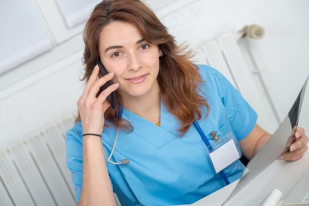 Médico jovem falando ao telefone Foto Premium