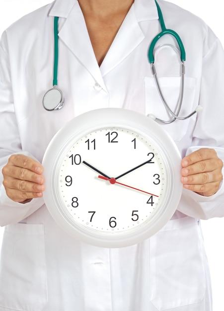 Médico mãos mostrando relógio sobre fundo branco Foto Premium