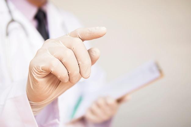 Médico masculino está apontando Foto gratuita