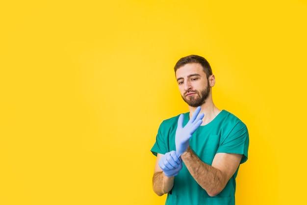 Médico masculino, pôr, estéril, luvas Foto gratuita