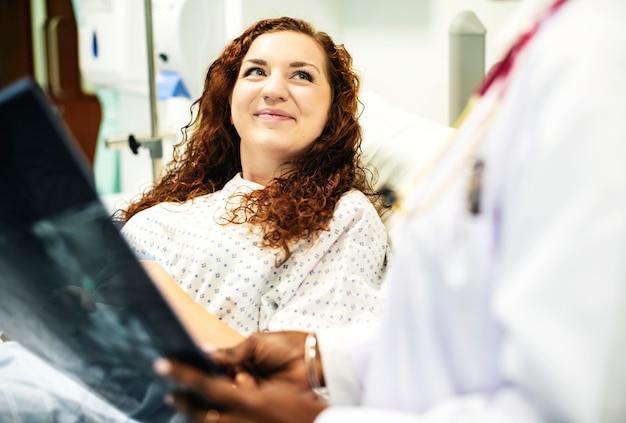 Médico, mostrando, um, paciente, a, raio x, resultados Foto Premium