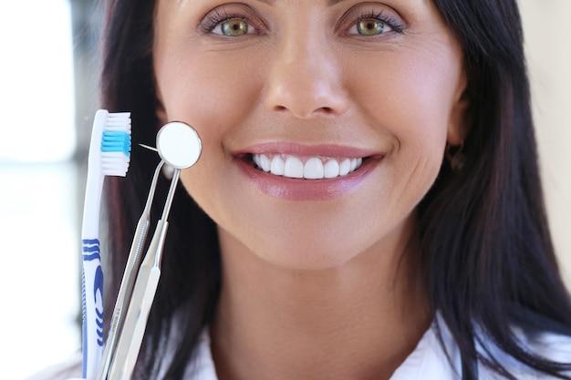 Médico segurando ferramentas de dentista Foto gratuita