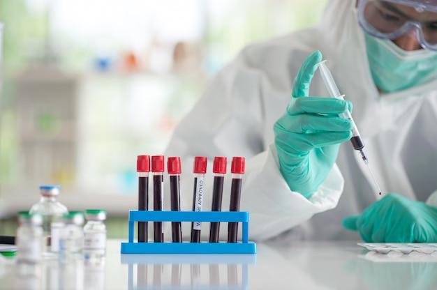 Médico testando vacina de pesquisa de amostra de sangue Foto Premium