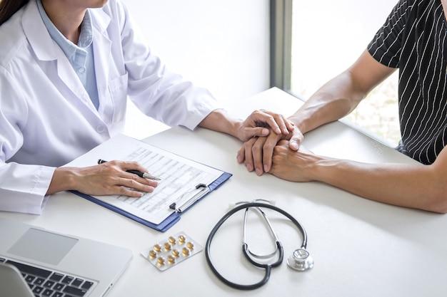 Médico, tocando a mão do paciente para encorajamento e empatia no hospital, torcendo e apoio Foto Premium