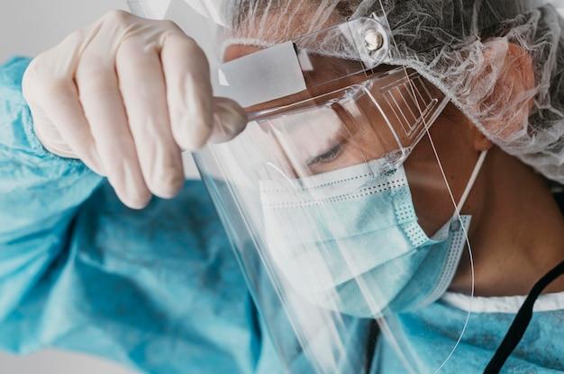 Médico usando equipamento de proteção Foto gratuita