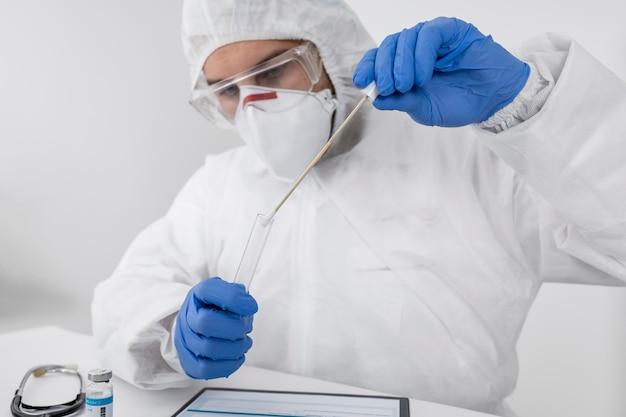 Médico usando máscara facial e luvas cirúrgicas Foto gratuita