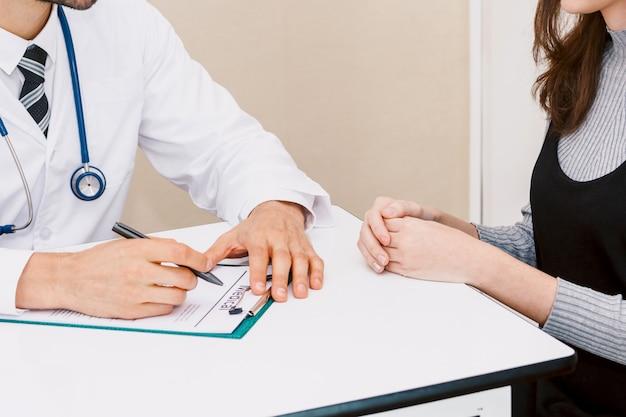 Médico, verificar, cima, informação, com, mulher, paciente, ligado, doutores, tabela, em, hospital.healthcare, e, medicina Foto Premium
