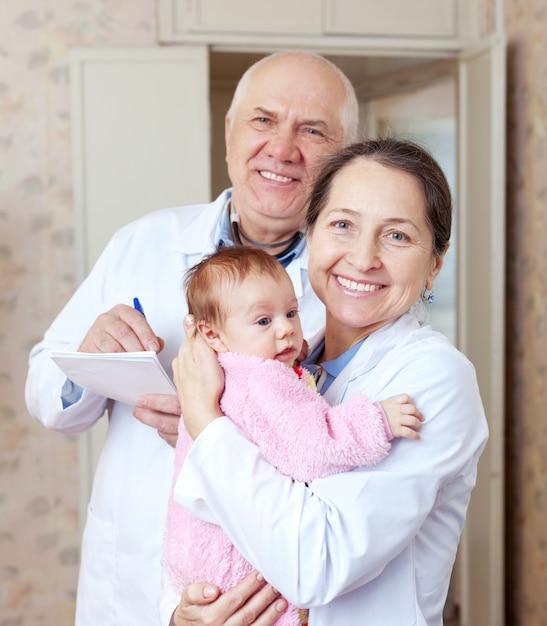 Médicos amigáveis com bebê pequeno Foto gratuita