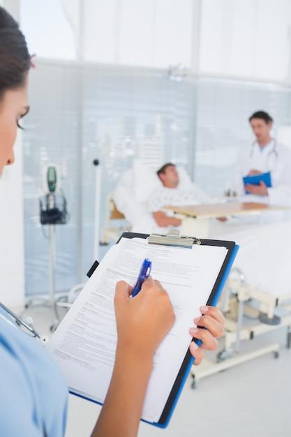 Médicos cuidando do paciente Foto Premium