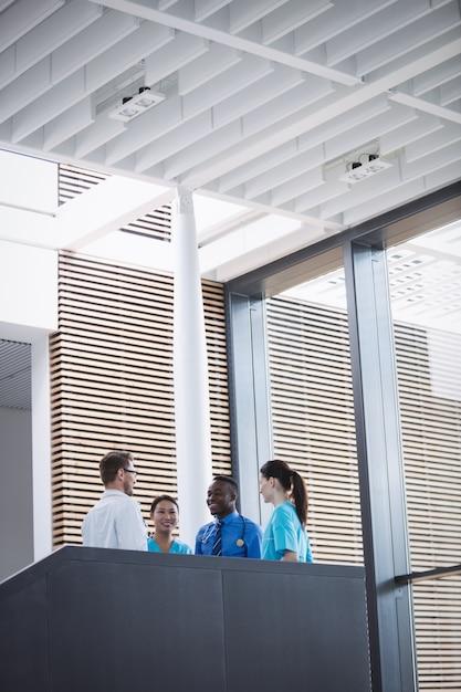 Médicos e enfermeiras interagindo entre si Foto gratuita