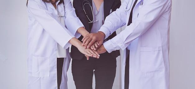 Médicos e enfermeiros coordenam as mãos. trabalho em equipe conceito Foto Premium