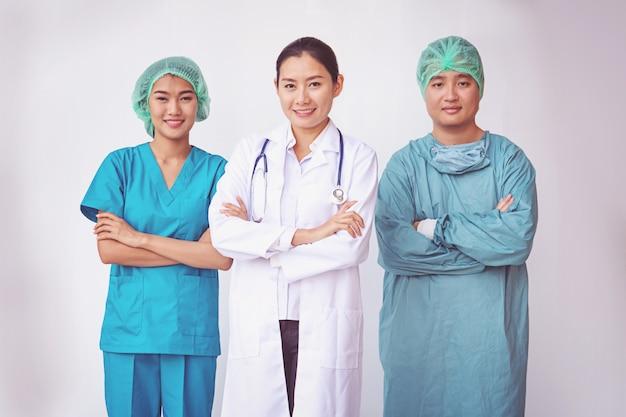 Médicos e enfermeiros de pé profissional Foto Premium