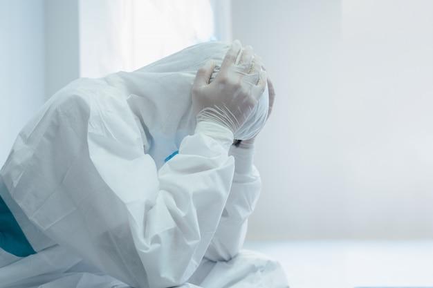 Médicos, enfermeiros são considerados o posto avançado no apoio ao paciente, médico em proteção contra danos materiais está cansado, doença de coronavírus 2019 (covid-19), o coronavírus se transformou em uma emergência global. Foto Premium