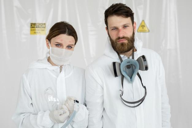 Médicos ou enfermeiros exaustos tirando o uniforme da máscara protetora. outrock covid-19 de coronavirus. estado mental do profissional médico. trabalhadores da saúde sobrecarregados com lágrimas nos olhos Foto Premium