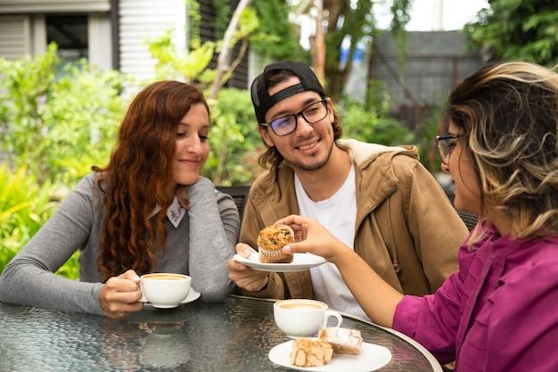 Médio, tiro, amigo, bebendo, café Foto gratuita