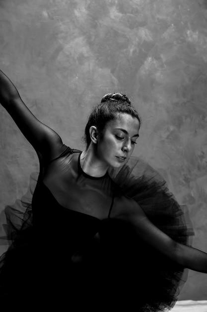 Médio, tiro, bailarina, dobra, grayscale Foto gratuita